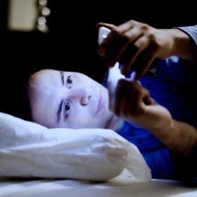 Mexer no celular na cama pode tirar mais do que seu sono